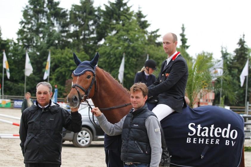 Leon Kuijpers met Sandrino Z samen met juryleden Albert en Vincent Voorn