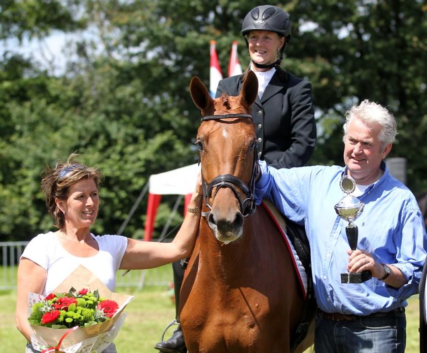 Darcy met fokkers-eigenaren Cor en Christy van der Linden
