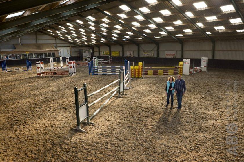 Joyce Nieberg en Ruud Bogerd in de rijhal van Manege Blauwendraad. Foto: Arnd Bronkhorst / www.arnd.nl