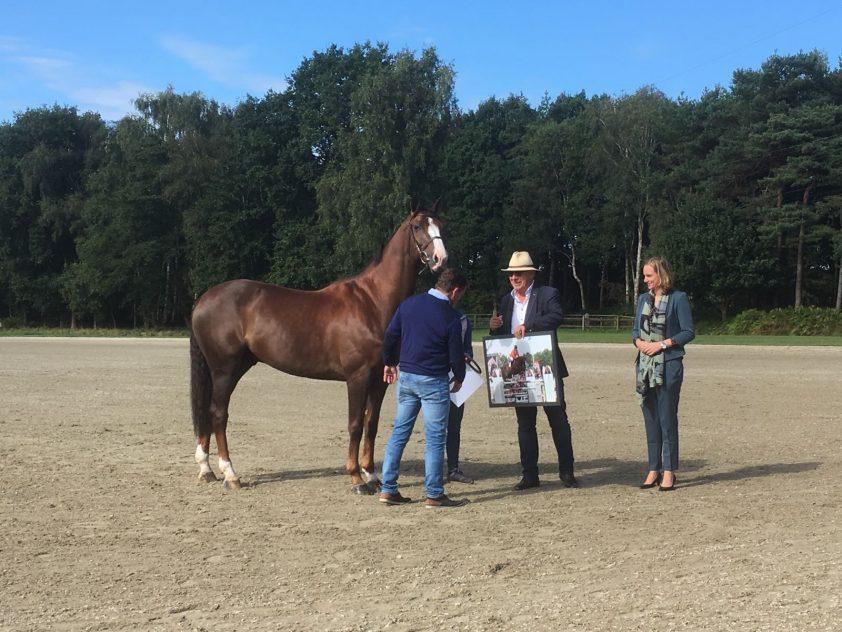 Wout-Jan van der Schans krijgt een foto van zichzelf en Aquila SFN overhandigd. Foto: Dirk Willem Rosie