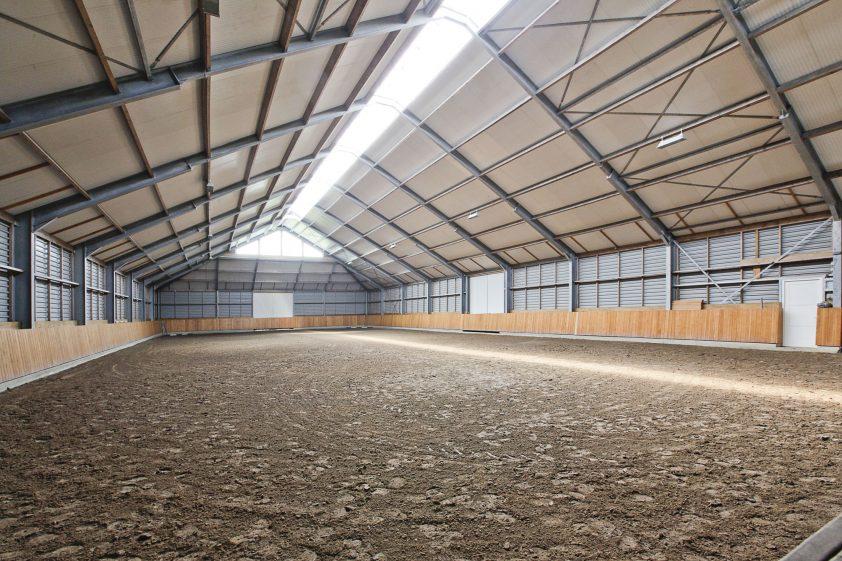 De hippische accommodatie bestaat uit in totaal 13 paardenboxen, 2 was-/poetsplaatsen, binnen en buitenbak, een veldschuur en 4 paddocks. In het achterste gedeelte van de boerderij is verdeeld in diverse delen en ingericht met 8 paardenboxen en een was-/ poetsplaats gesitueerd.